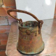 Antigüedades: ANTIGUO ACETRE S XVIII O SITULA DE AGUA BENDITA BENDITERA LITURGIA EN COBRE Y FORJA. Lote 283122908