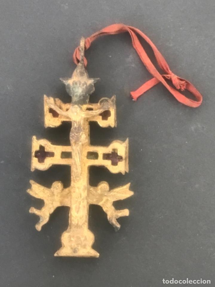 GRAN CRUZ DE CARAVACA DE BRONCE Y TELA PRINCIPIOS SIGLO XX. (Antigüedades - Religiosas - Crucifijos Antiguos)