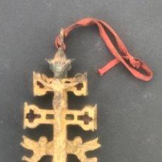Antigüedades: GRAN CRUZ DE CARAVACA DE BRONCE Y TELA PRINCIPIOS SIGLO XX.. Lote 283129463