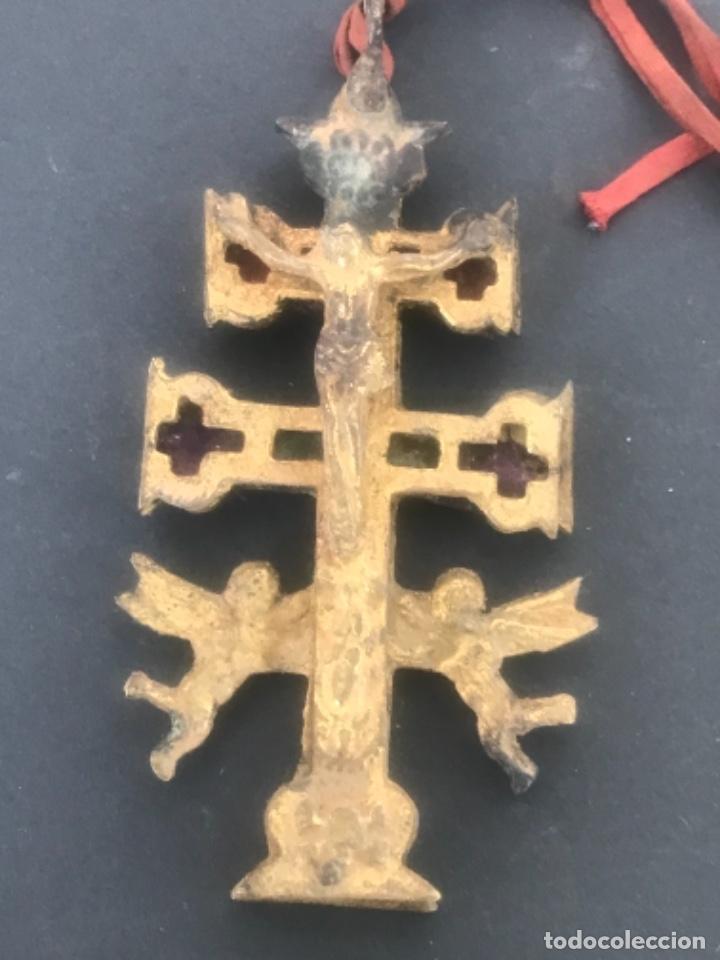 Antigüedades: GRAN CRUZ DE CARAVACA DE BRONCE Y TELA PRINCIPIOS SIGLO XX. - Foto 2 - 283129463