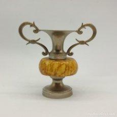 Antigüedades: BELLO JARRONCITO ANTIGUO TIPO ÁNFORA EN METAL Y ALABASTRO .. Lote 283182598