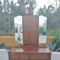 Antigüedades: ANTIGUO TOCADO DE MADERA NOBLE CON 4 CAJONES. ESPEJO PLEGABLE.. Lote 283235338
