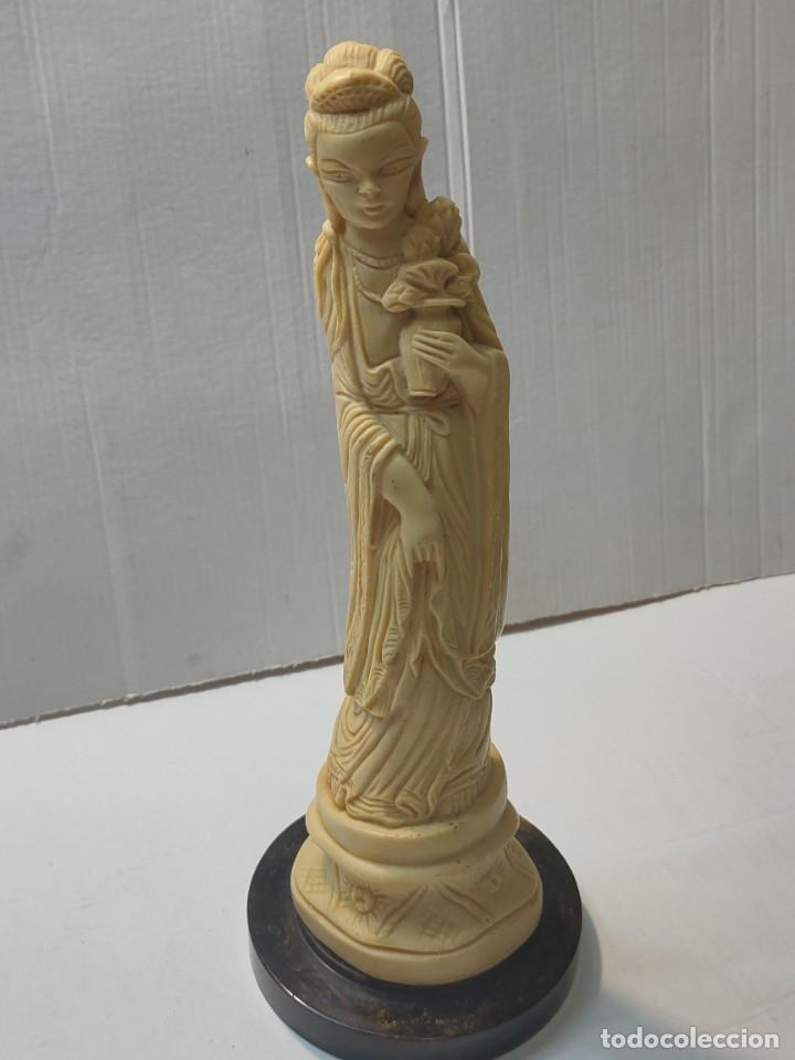 FIGURA CHINA EN PASTA-RESINA CON PEANA EN AMBAR (Antigüedades - Hogar y Decoración - Figuras Antiguas)