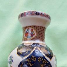 Antigüedades: JARRÓN CHINO SIGLO XX,AÑOS 80'S PINTADO A MANO. Lote 283366168