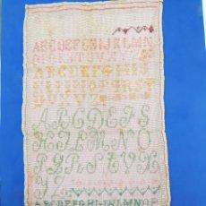 Antigüedades: MUESTRARIO DE LETRAS EN PUNTO DE CRUZ ANTIGUO. Lote 283676338