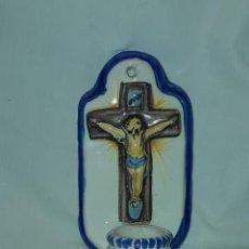 Antigüedades: BELLA BENDITERA DE CERÁMICA CRISTO CRUCIFICADO 20CM. Lote 283843568