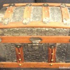 Antigüedades: BAÚL PEQUEÑO /COFRE /CAJA /ARCA DE CHAPA/ HIERRO LABRADO CON LUNAS Y ESTRELLAS FINAL S XIX PPIOS XX. Lote 283885228