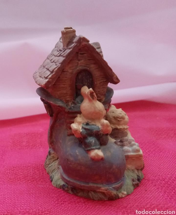 Antigüedades: Preciosa figura de jardín miniatura de resina conejitos en casita con forma de bota 7cm x 5cm - Foto 2 - 283925423