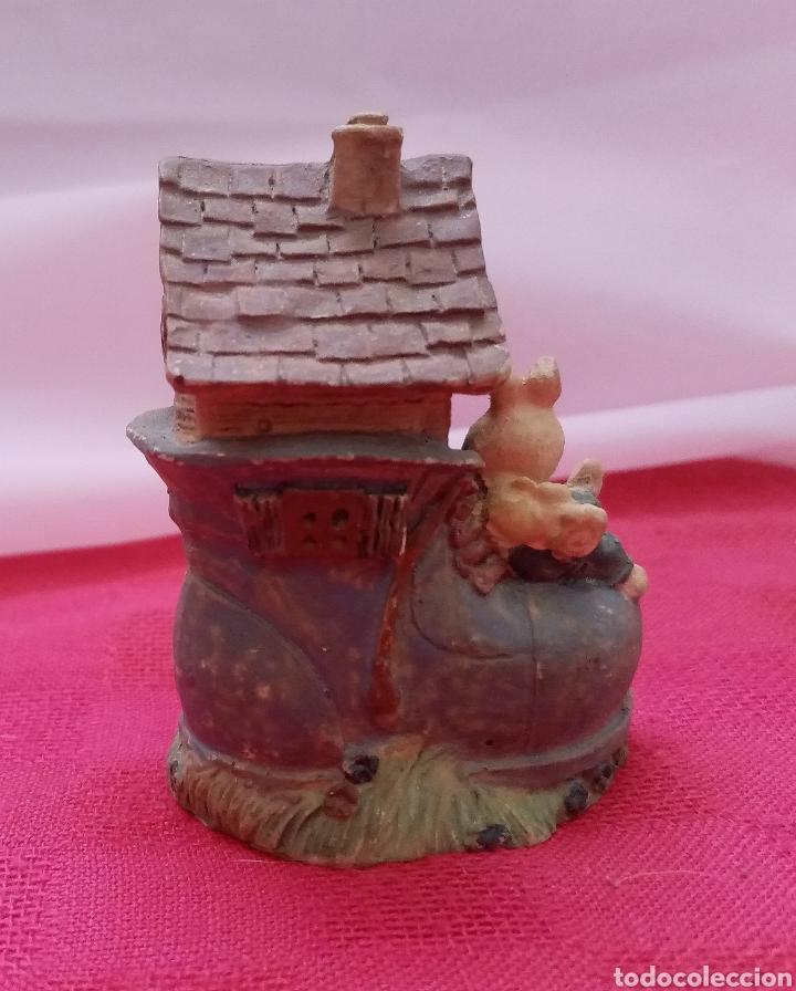 Antigüedades: Preciosa figura de jardín miniatura de resina conejitos en casita con forma de bota 7cm x 5cm - Foto 3 - 283925423