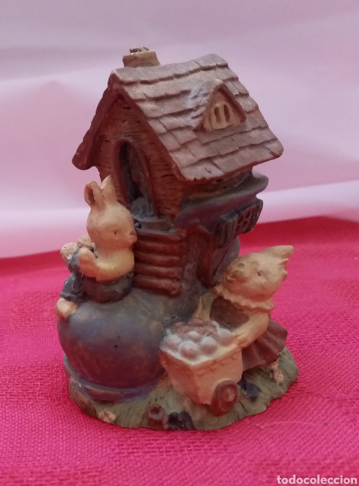 Antigüedades: Preciosa figura de jardín miniatura de resina conejitos en casita con forma de bota 7cm x 5cm - Foto 4 - 283925423