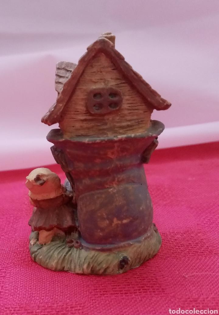 Antigüedades: Preciosa figura de jardín miniatura de resina conejitos en casita con forma de bota 7cm x 5cm - Foto 5 - 283925423