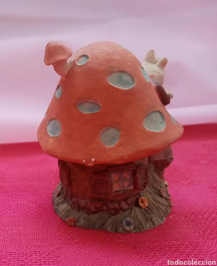 Antigüedades: Preciosa figura de jardín miniatura de resina conejito en la casita con forma de seta. 7cm x 5cm - Foto 2 - 283927393