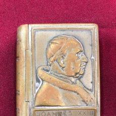 Antigüedades: ANTIGUA CAJA DE METAL PARA ROSARIO O RELIQUIA - PAPA JUAN XXIII - MEDIDA 6X5X1,5 CM - RELIGIOSO. Lote 284094958