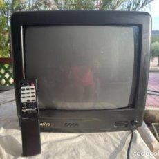 Antigüedades: ANTIGUA TELEVISIÓN PORTÁTIL RETRO SANYO FUNCIONANDO Y CON MANDO A DISTANCIA 14 PULGADAS VINTAGE. Lote 284167483