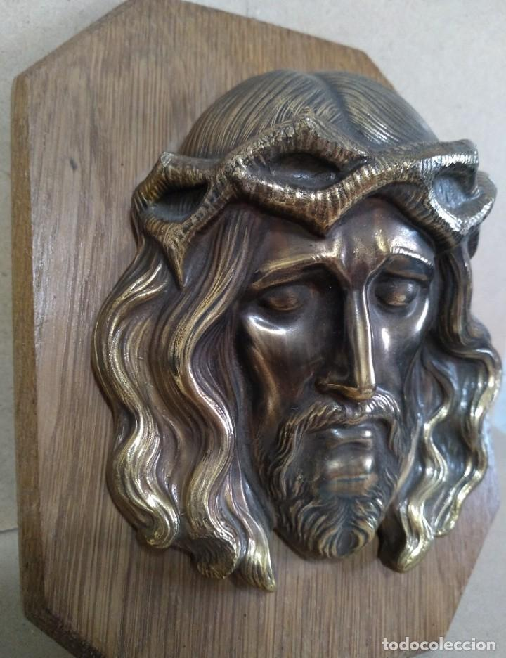 ANTIGUA IMAGEN DE JESUS EN RELIEVE LATON O BRONCE SOBRE MADERA PARA COLGAR (Antigüedades - Religiosas - Varios)