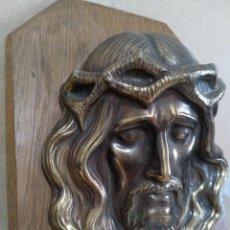 Antigüedades: ANTIGUA IMAGEN DE JESUS EN RELIEVE LATON O BRONCE SOBRE MADERA PARA COLGAR. Lote 284240833