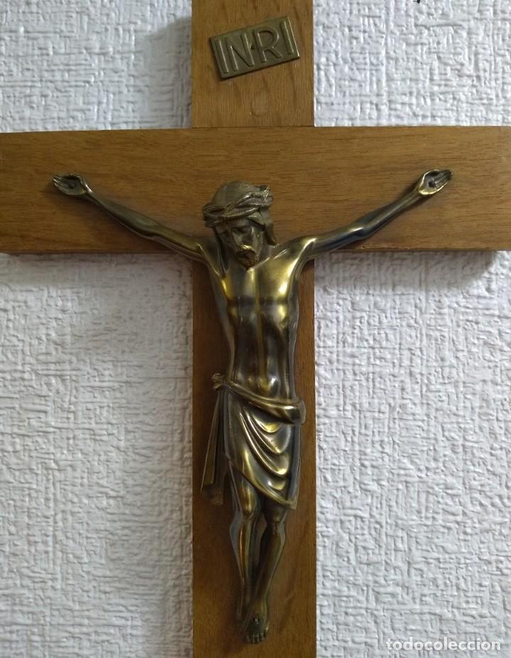 BONITO CRUCIFIJO ANTIGUO DE MADERA Y CRISTO EN BRONCE DE FINALES DEL SIGLO XX (Antigüedades - Religiosas - Crucifijos Antiguos)