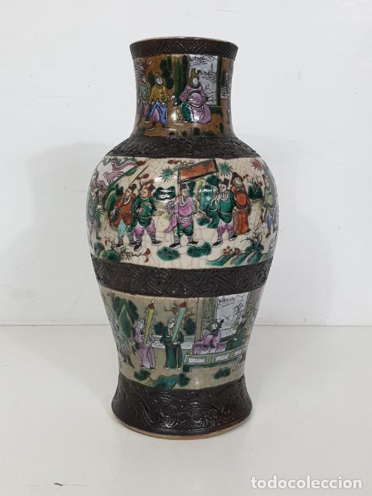 ANTIGUO JARRÓN EN PORCELANA CHINA - CANTON- DECORADO EN CRAQUELE Y PERSONAJES - FINALES S. XIX (Antigüedades - Porcelanas y Cerámicas - China)