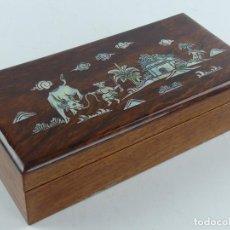 Antigüedades: EXCELENTE CAJA DE MADERA JOYERO DECORADA CON NACAR CHINA JAPON. Lote 284723683