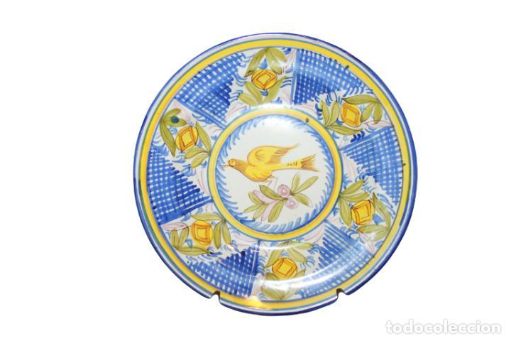 BONITO PLATO DE CERÁMICA DE LARIO PINTADO A MANO (Antigüedades - Porcelanas y Cerámicas - Lario)
