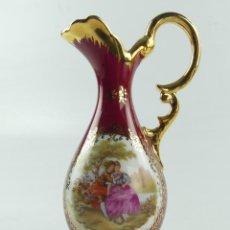 Antigüedades: BONITA JARRA DE PORCELANA FRANCESA DE LIMOGES ESCENA GALANTE. Lote 285039608