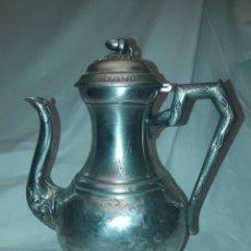 Antigüedades: BELLA ANTIGUA CAFETERA EN RELIEVE ALPACA PUNZONADA EXTRA BLAND 975 AÑOS 50. Lote 285055693