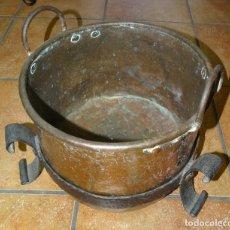 Antigüedades: CALDERA DE COBRE CON SOPORTE DE FORJA. Lote 285102378