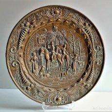 Antigüedades: PLATO DE CHAPA LATON BRONCE REPUJADO Y GRABADO - 36.CM DIAMETRO. Lote 285134518