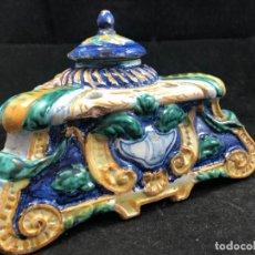 Antigüedades: TINTERO DE CERÁMICA ANTIGUO COMPLETO CON SU TAPA, EN BUEN ESTADO GENERAL, PUENTE, TALAVERA SIN MARCA. Lote 285210578
