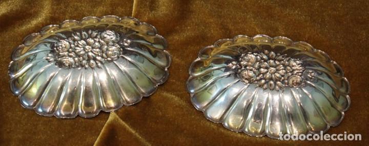 Antigüedades: Dos pequeñas bandejas de metal plateado, estampación, 12 x 9,5 cm - Foto 2 - 285217938