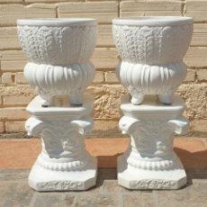 Antigüedades: LOTE DE 2 JARRONES MACETEROS CON BASE PEDESTAL CAPITELES CORINTIO CERÁMICA VIDRIADA BLANCA. Lote 285392303