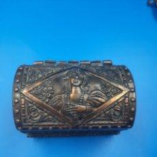 Antigüedades: PEQUEÑO COFRE ANTIGUO DE BRONCE. Lote 285402133