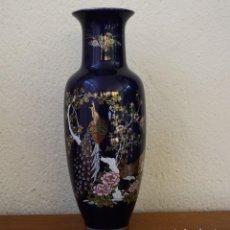 Antigüedades: ANTIGUO JARRON PORCELANA JAPON AZUL COBALTO ORO AVES FLORES PINTADO MANO SELLO LETRAS EN BASE 28CM. Lote 285565848
