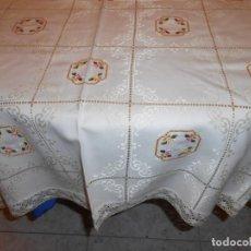 Antigüedades: ANTIQUO MANTEL DAMASCO DE ALGODON/ BORDADOS PUNTO DE CRUZ A MANO Y PUNTILLA BEIGE CLARO 135X 295 CM. Lote 285611878