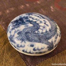 Antigüedades: CAJA CHINA PARA TINTA DE PORCELANA, DRAGON AZUL Y BLANCO, CERAMICA, VINTAGE SCHOLAR INK BOX. Lote 285804698