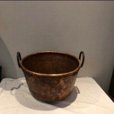 Oggetti Antichi: CALDERO O PEROL ANTIGUO MUY GRANDE EN COBRE Y GRAN ASA DE HIERRO . MÁS DE 9 KG . VER FOTOS. Lote 285993993