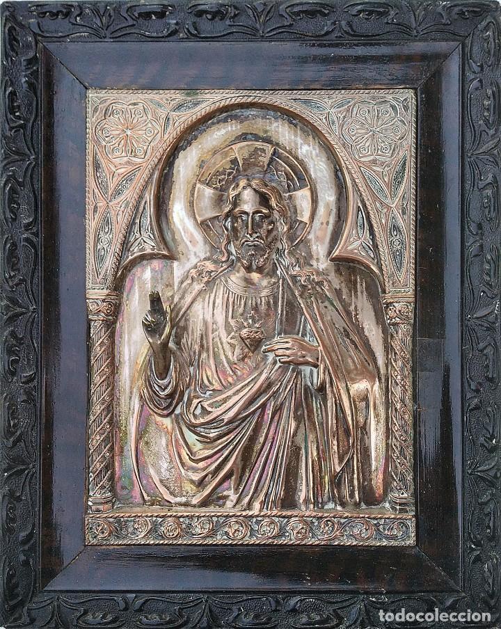 PRECIOSO Y ANTIGUO SAGRADO CORAZON DE JESÚS LABRADO EN COBRE PLATEADO (Antigüedades - Religiosas - Orfebrería Antigua)