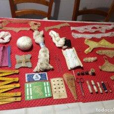 Antiquités: LOTE DE PIEZAS DE ENCAJE, HILOS, PUNTILLAS, DEDALES, BOTONES, AGUJAS, ETC. - TODO ANTIGUO. Lote 286169388