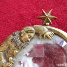 Antigüedades: MARAVILLOSO ESPEJO ART DECO EN BRONCE MUY LABRADO EN RELIEVES CON CRISTAL DAÑADO FÁCIL DE CAMBIAR. Lote 286181213