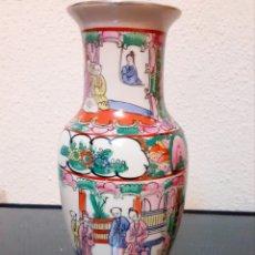 Antigüedades: JARRÓN DE PORCELANA DE MACAO FIRMADO VINTAGE AÑOS 60. PRECIOSOS MOTIVOS ORIENTALES. Lote 286210823