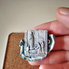 Antigüedades: ANTIGUA MEDALLA VIRGEN DE LOURDES HOSPITALIDAD BARCELONA RELIGIOSO RELIGION PIN INSIGNIA. Lote 286237108