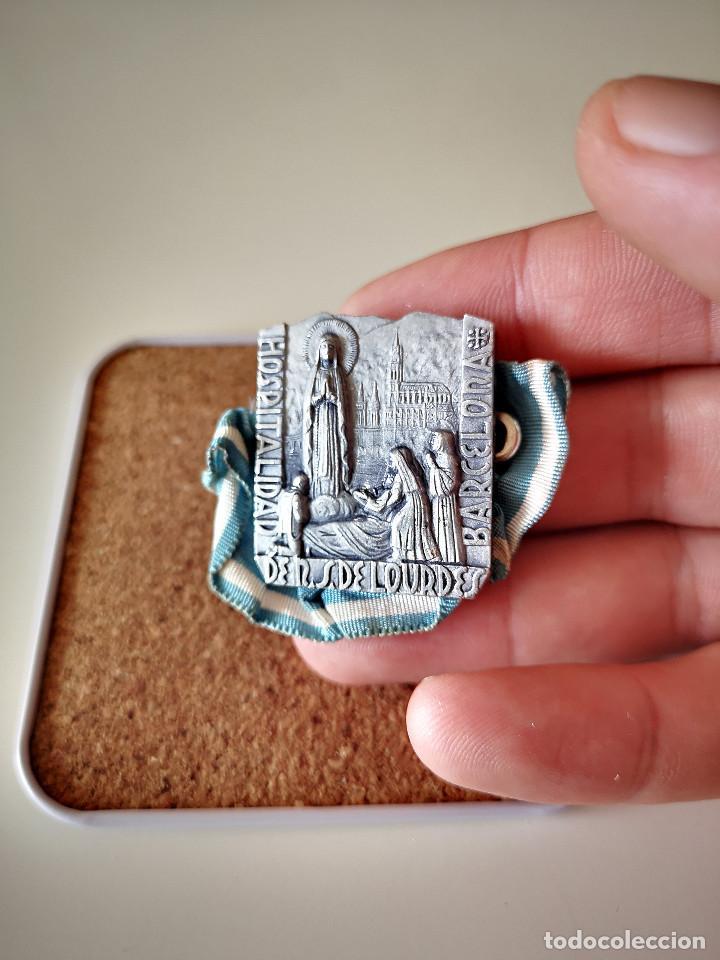 Antigüedades: ANTIGUA MEDALLA VIRGEN DE LOURDES HOSPITALIDAD BARCELONA RELIGIOSO RELIGION PIN INSIGNIA - Foto 2 - 286237108