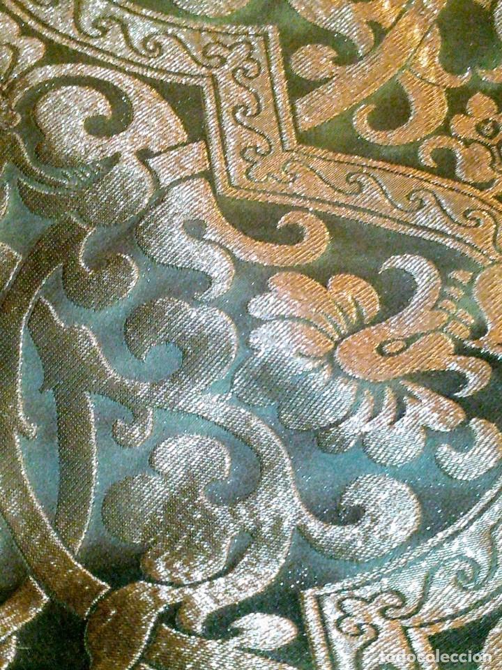 ~~~~ PIEZA DE SEDA EN MUY FINO TONO VERDE BORDADA EN ORO, ORNAMENTACIONES, MIDE 200 X 142 CM. ~~~~ (Antigüedades - Religiosas - Ornamentos Antiguos)