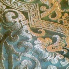 Antigüedades: ~~~~ PIEZA DE SEDA EN MUY FINO TONO VERDE BORDADA EN ORO, ORNAMENTACIONES, MIDE 200 X 142 CM. ~~~~. Lote 286251848