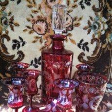 Antigüedades: SET LICORERA CON 6 COPAS CRISTAL BOHEMIA ROJO TALLADO, PRECIOSO!!!.. Lote 286316028