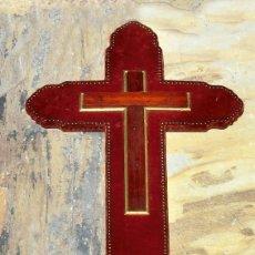 Oggetti Antichi: BONITA CRUZ - MADERA Y TERCIOPELO - TACHUELAS - PASAMANERÍA - IMAGEN RELIGIOSA - SOPORTE PARA CRISTO. Lote 286342768