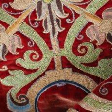 Oggetti Antichi: BORDADO ESPAÑOL DEL SIGLO XVII CNFECCIONADO EN HILO DE ORO, SEDAS Y TERCIPELO. MIDE 61 X 25 CM.. Lote 286370498