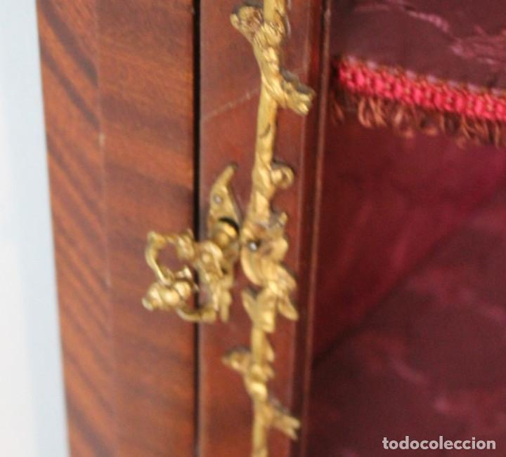 Antigüedades: Antiguo mueble de esquina, caoba, trabajo de marquetería, adornos de bronce y forrado en seda 160 cm - Foto 3 - 286486948