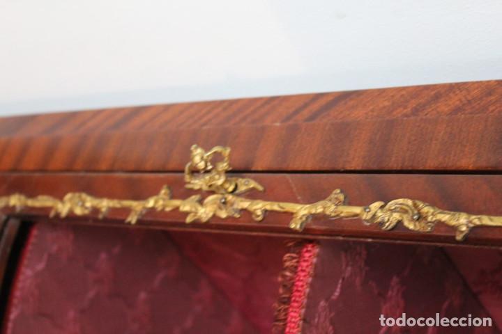 Antigüedades: Antiguo mueble de esquina, caoba, trabajo de marquetería, adornos de bronce y forrado en seda 160 cm - Foto 4 - 286486948