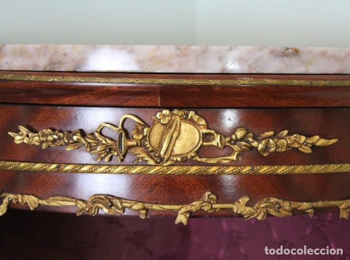 Antigüedades: Antiguo mueble de esquina, caoba, trabajo de marquetería, adornos de bronce y forrado en seda 160 cm - Foto 6 - 286486948